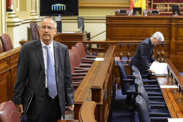 El consejero de Presidencia, Francisco Hernández Spínola, en el salón de plenos del Parlamento. | SERGIO MÉNDEZ