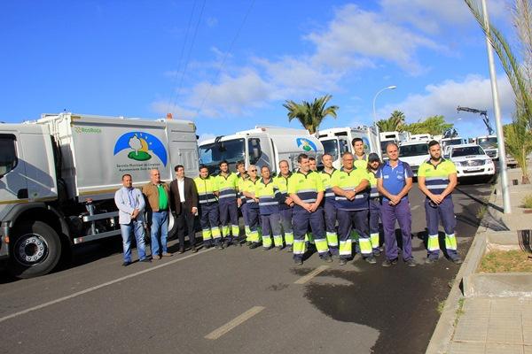 El alcalde y operarios del servicio, con los nuevos vehículos. / DA