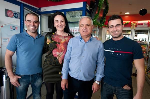 José Miguel González y sus hijos. / F.P.