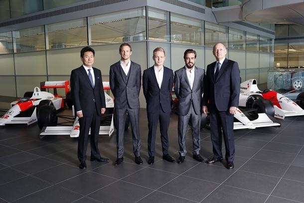 Kevin Magnussen, Fernando Alonso Jenson Button Ron Dennis y Yasuhisa Arai