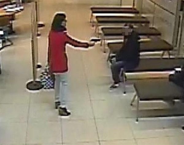 La mujer llevaba una segunda pistola de juguete en el bolso. / MOSSOS