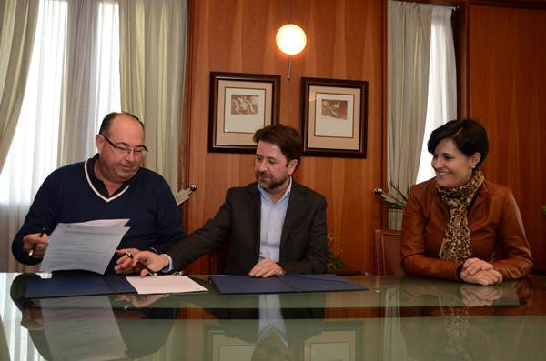 Mariano Pérez, Carlos Alonso y Cristo Pérez, durante la firma del acuerdo. | DA