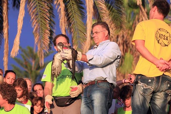 Antonio Sosa, concejal de Medio Ambiente, en una suelta de pollos. / DA
