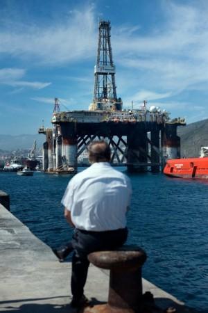 Plataforma petrolífera en el puerto de Santa Cruz de Tenerife. / FRAN PALLERO