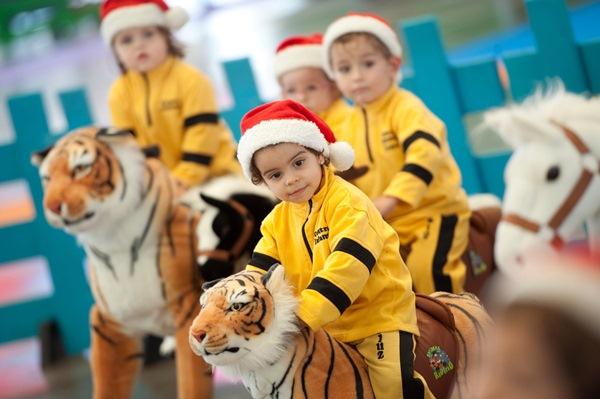 Los pequeños de la guardería Gusiluz fueron los primeros en disfrutar de las atracciones. / FRAN PALLERO