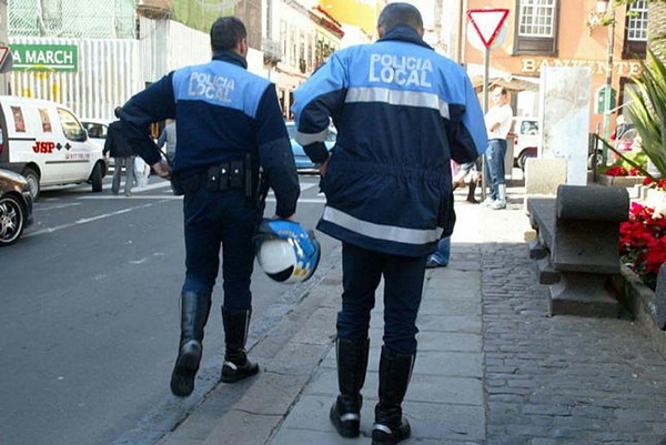 Imagen de archivo de dos agentes municipales de patrulla. / DA