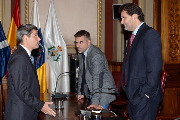 Alberto Bernabé (i), José Isaac Gálvez y José Ángel Martín, minutos antes de comenzar el Pleno. / S. M.