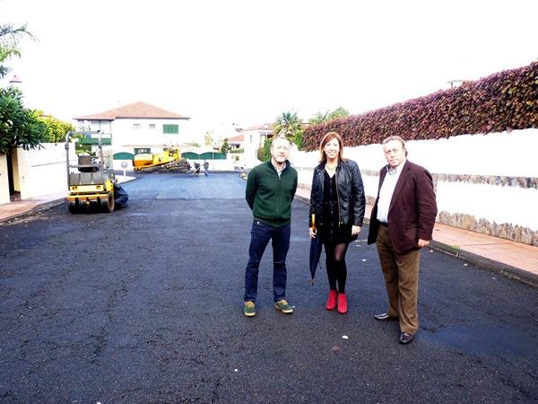 La alcaldesa y los concejales, en la calle de Mocán. / DA