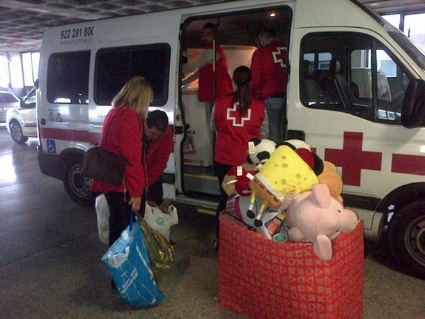 Cruz Roja de Tenerife con los alimentos, juguetes y ropa infantil recogidos por  Automotor. | DA