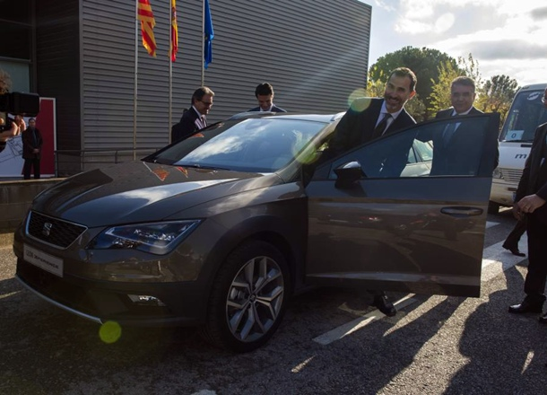 Rey Felipe VI conduce un Leon X-PERIENCE