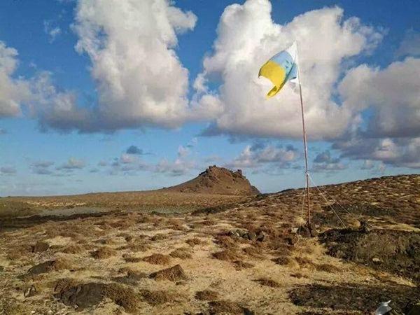 La bandera canaria izada en las Salvajes por militantes de ANC. / DA