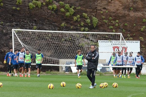 Álvaro Cervera, en un entrenamiento en el Mundialito con sus jugadores. / SERGIO MÉNDEZ