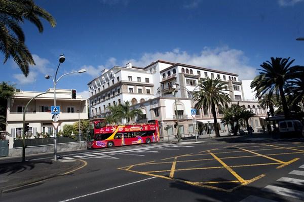 La capital cuenta con 30 establecimientos alojativos, entre ellos, el Iberostar Grand Hotel Mencey, catalogado con cinco estrellas. / FRAN PALLERO