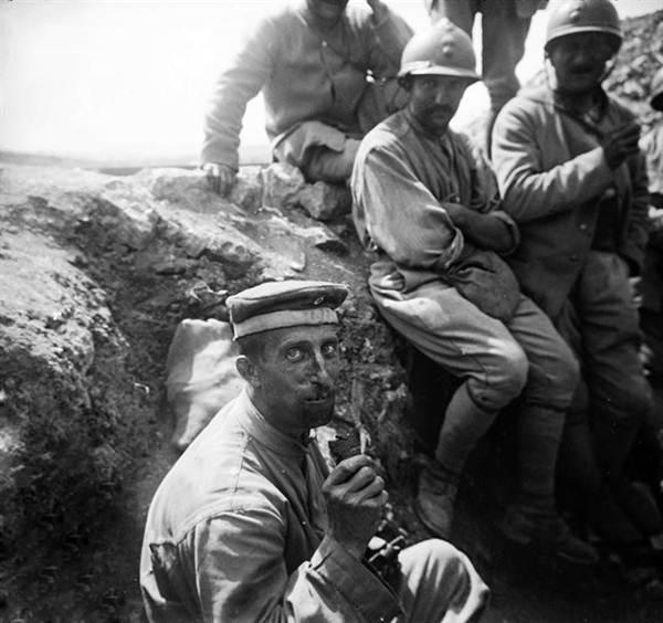 Un soldado comiendo chocolate durante la tregua. | RTVE