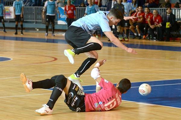 Pablo salta por encima del meta Álex en el último partido en casa. / SERGIO MÉNDEZ