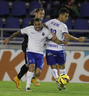 Vitolo y Moyano en acción ante el Sabadell. / SANTIAGO FERRERO