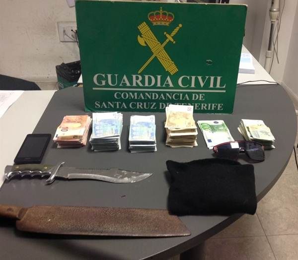 El dinero y las armas que utilizó para el atraco. | DA