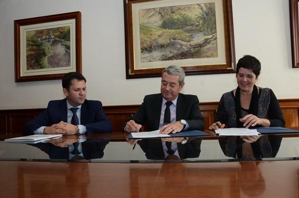 Antonio Fragoso, Aurelio Abreu y Dolores García, durante la firma de la renovación del convenio de colaboración entre las tres entidades. / DA