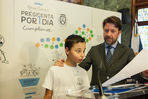 Escolares de diversos colegios tinerfeños entrevistaron ayer al presidente insular, Carlos Alonso. / DA