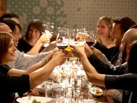 Las cenas de empresa en estas fechas están en la agenda de muchos trabajadores. / DA