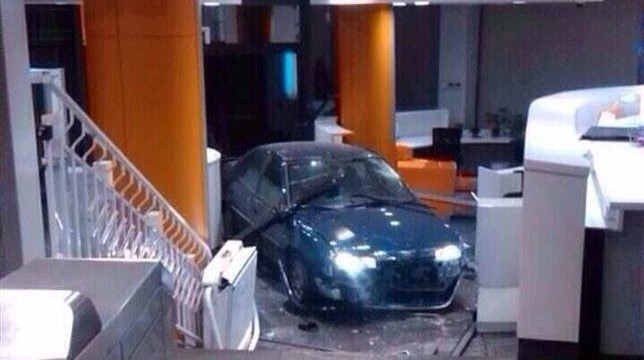 Un hombre empotra su coche con dos bombonas de butano contra la sede del PP
