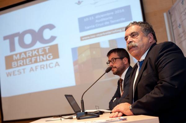 El presidente de la Autoridad Portuaria, en primer término, junto al director Comercial, Airam Díaz. / DA