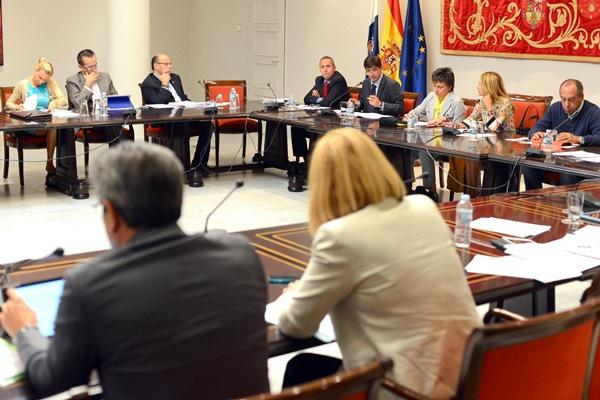 Presentación de los presupuestos en la Comisión de Economía y Hacienda del Parlamento canario. / S. MÉNDEZ