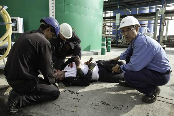 La evacuación de un herido fue uno de los ejercicios realizados en el simulacro en la central de Endesa. | DA