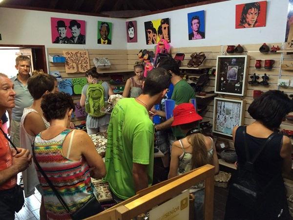 La sala está ubicada en la calle  Mequinez y, además de la exposición de 36 artesanos, organiza cursos y talleres monográficos. / DA