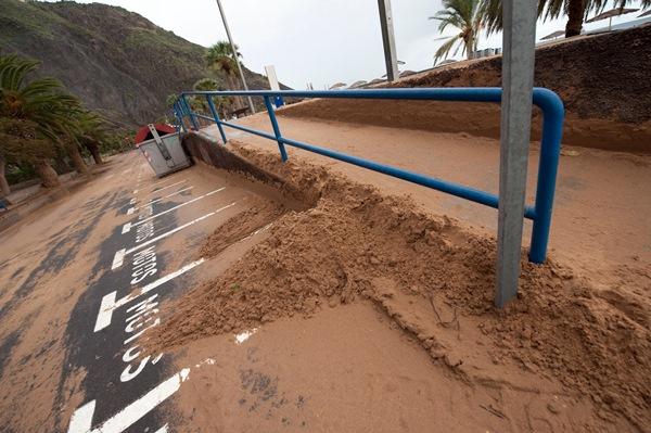 Estado en el que quedaron los aparcamientos de Las Teresitas, llenos de arena arrastrada por el mar. / F. P.
