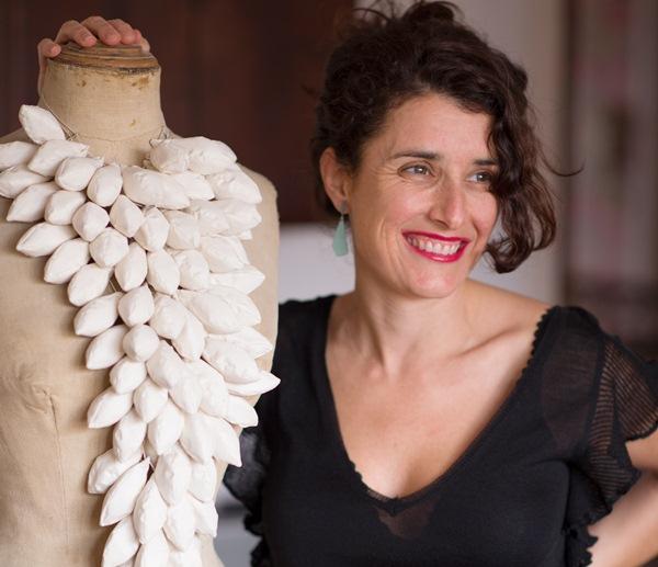 La artista posa en su estudio, donde crea sus obras de joyería contemporánea. / PATRI CÁMPORA (la casa de la playa)