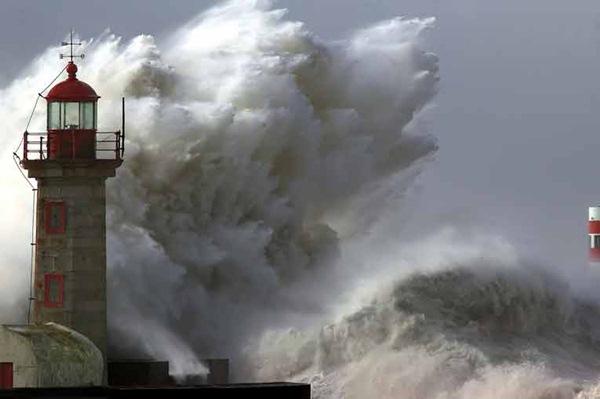 La ola gigante (28 metros) de Galicia es la más grande registrada hasta la fecha. / DA