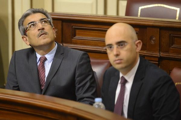 Román Rodríguez (NC) y Fabián Martín (PIL), en los escaños del Grupo Mixto. / SERGIO MÉNDEZ