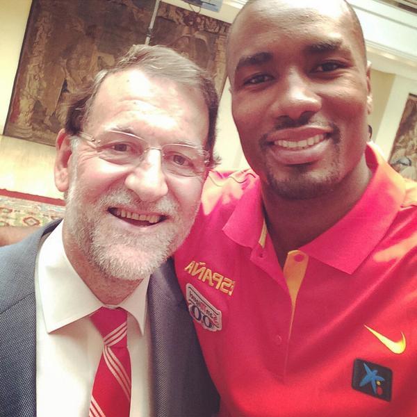 Mariano Rajoy haciéndose un selfie con el pívot de la selección española Serge Ibaka. / SERGE IBAKA