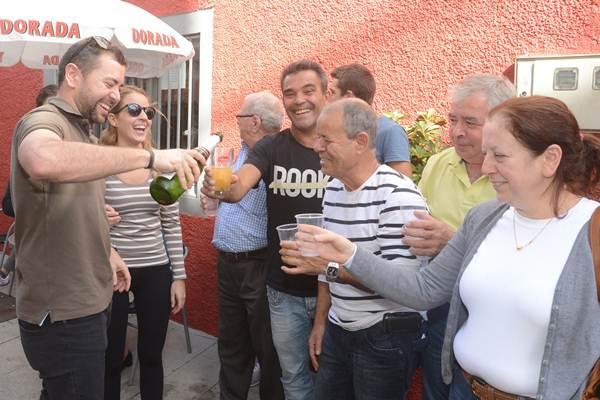 Fran González Méndez descorchó varias botellas de sidra para brindar junto a su familia y allegados en el Bar Central. | SERGIO MÉNDEZ
