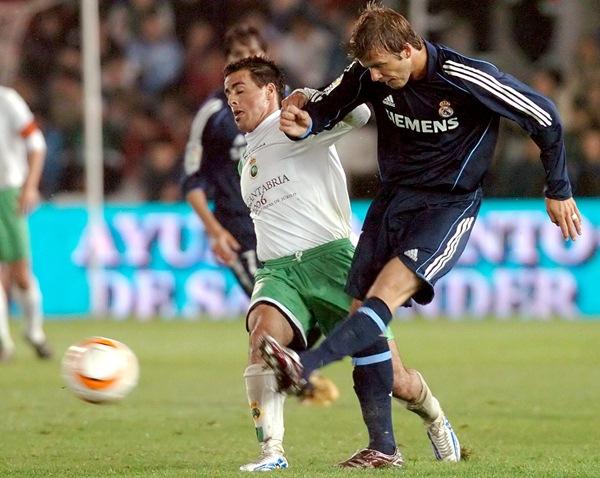 Vitolo pugna con Beckham en un duelo ante el Real Madrid cuando era jugador del Racing de Santander. / DA