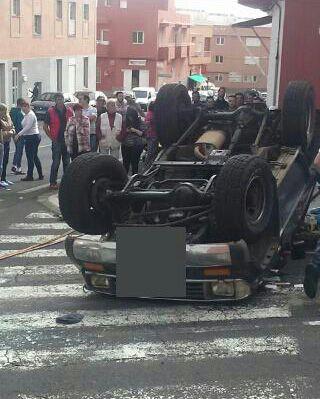 El vehículo volcado tras la colisión./ Los Jardiner@s
