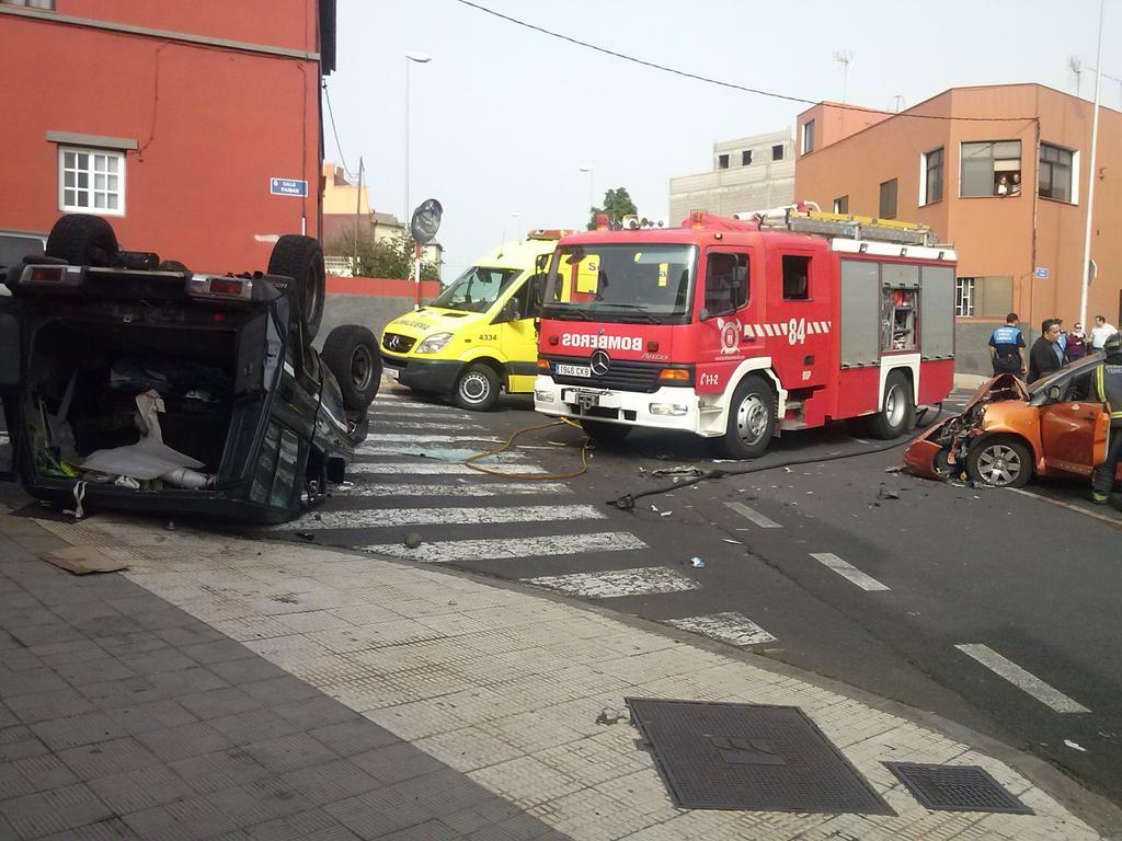 Panorámica del accidente que ha provocado el vuelco de un vehículo tras colisionar con otro./ Los Jardiner@s