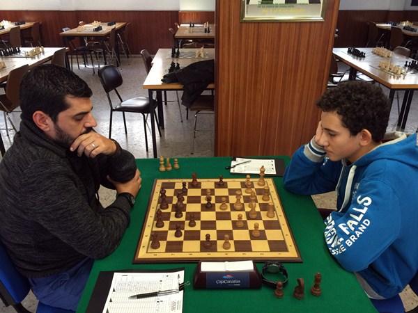 Ethan Rodríguez (CajaCanarias, a la derecha) ganó ayer en el tercer tablero a Vicente Padilla (La Gomera). / DA