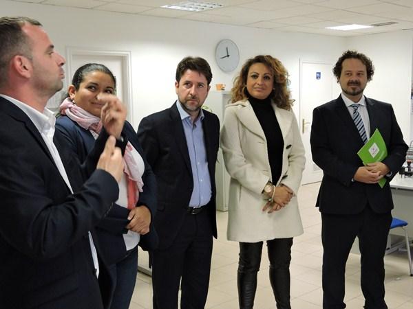 Carlos Alonso (en el centro) presentó las novedades en el Centro de Servicios al Ciudadano. / DA