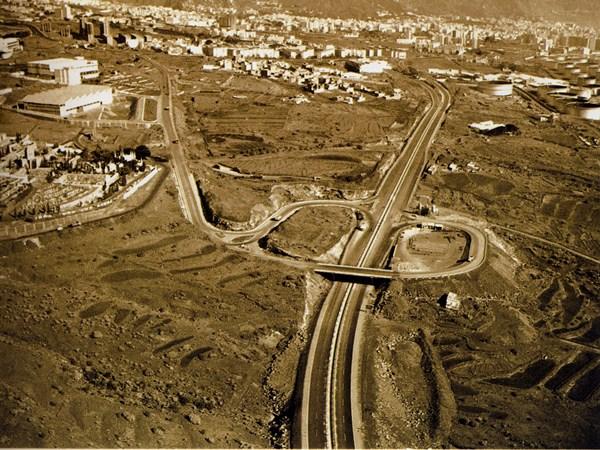 Este es el aspecto que presentaba en 1970 el enlace con el Norte de la TF-1, en Añaza, por la zona del cementerio de Santa Lastenia. / DA