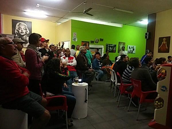 Clientes viendo un partido de fútbol en el bar Mi Valle. / DA
