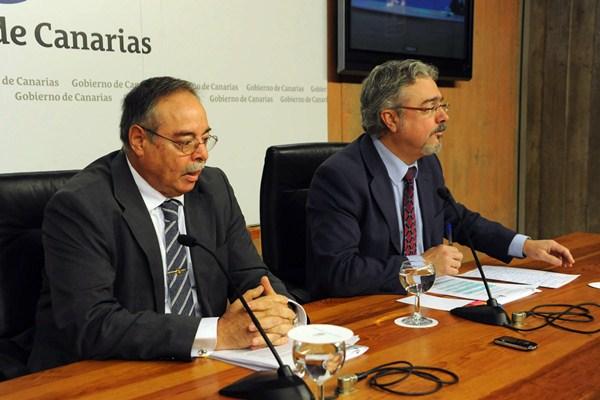 El consejero de Política Territorial, Domingo Berriel, junto al portavoz, Martín Marrero. / DA