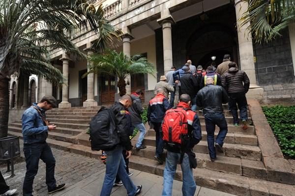 Parte de los 42 acusados, a su llegada a la sede de San Francisco, en Santa Cruz de Tenerife. / F.P.