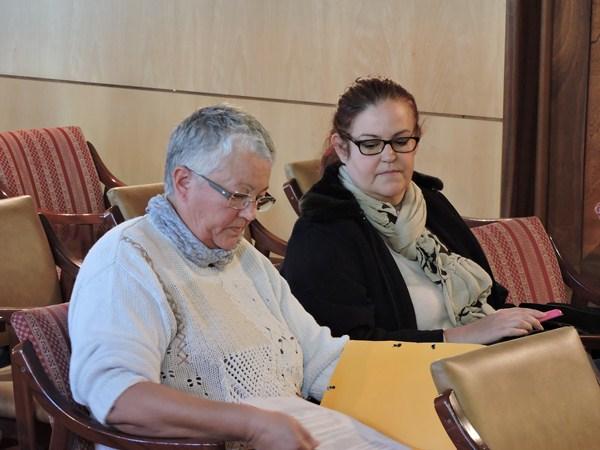 Teresa González, a la izquierda, en el Pleno del jueves. / NORCHI