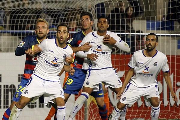 Varios jugadores blanquiazules durante una acción de la derrota con la UE Llagostera; una de las ocho fuera de casa en la primera vuelta. / DA