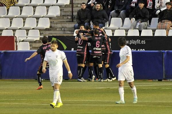 Los blanquiazules celebran el gol de Quique Rivero. / MANUEL PODIO