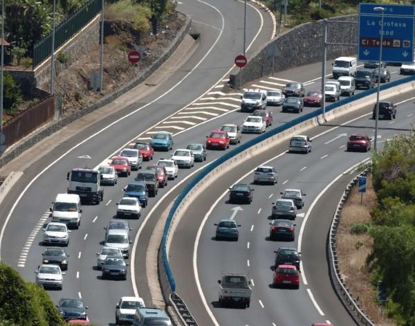 Todas las mañanas se producen retenciones kilométricas en la autopista del Norte en dirección Santa Cruz. /DA