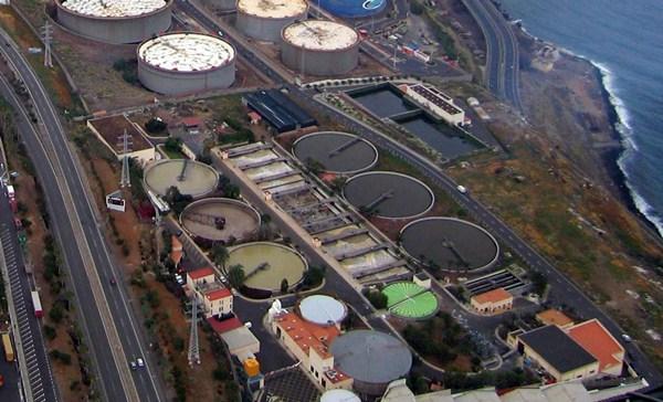 La falta de capacidad de la depuradora de Santa Cruz provoca el vertido de aguas sin reciclar al mar. /  M.P.