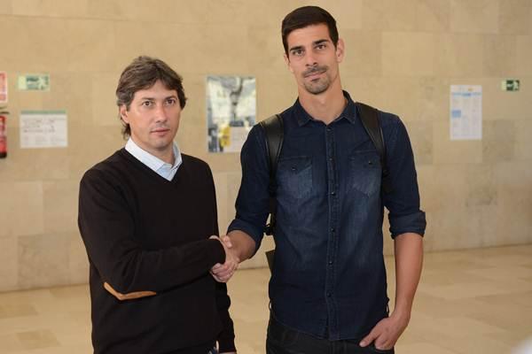 Alfonso Serrano, junto al nuevo jugador del equipo blanquiazul. | SERGIO MÉNDEZ